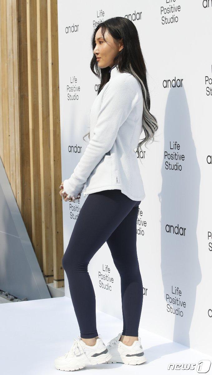 그룹 마마무(MAMAMOO)의 화사가 19일 오후 서울 종로구 소격동의 한 스튜디오에서 열린 포토 행사에 레깅스를 입고 참석해  건강한 아름다움을 뽐내고 있다. 2020,10,19/뉴스1 © News1 권현진 기자