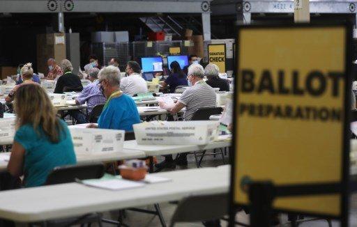 19일(현지시간) 캘리포니아주 산타아나지역에서 선거 업무 담당자들이 우편투표된 표들을 집계, 처리하고 있다./사진=AFP