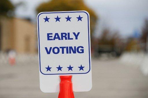 지난 20일(현지시간) 위스콘신주 커노샤에 사전투표장을 알리는 표지판이 세워져 있다./사진=AFP