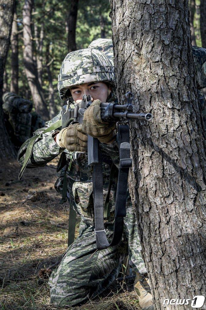 해병대 전역을 앞둔 최민호 병장(1245기)이 전우들과 2020호국훈련에 참가하기 위해 전역을 미룬 것으로 알려졌다. 최 병장이  전우들과 산에서 훈련을 받고 있는 모습. (해병대1사단제공) 2020.10.21© 뉴스1
