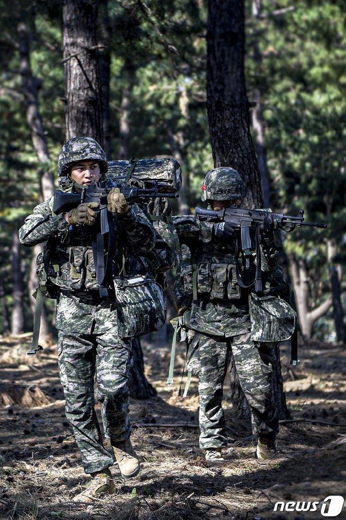 해병대 전역을 앞둔 최민호 병장(1245기)이 전우들과 2020호국훈련에 참가하기 위해 전역을 미룬 것으로 알려졌다. 최 병장이 전우들과 지형 정찰 훈련을 받고 있는 모습... (해병대1사단제공)2020.10.21/© 뉴스1