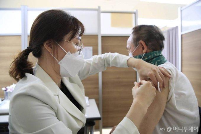 [서울=뉴시스] 박민석 기자 = 만 70세 이상을 대상으로 한 독감 백신 무료 예방 접종 시작된 19일 오후 서울 동대문구 한국건강관리협회 건강증진의원 서울동부지부에서 한 시민이 독감 예방 접종을 하고 있다. 2020.10.19.   mspark@newsis.com