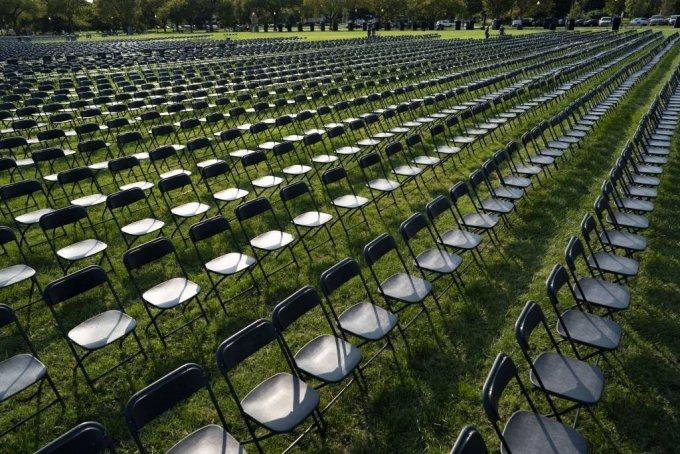 지난 4일(현지시간) 백악관 외곽 일립스 공원에 코로나19로 숨진 20만여 명을 상징하는 빈 의자 2만 개가 놓여 있다. /사진=[워싱턴=신화/뉴시스]