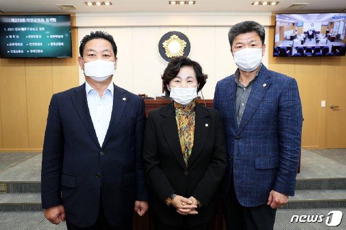 태안군의회 농업발전연구회 김영인 의원(왼쪽부터), 전재옥 의원, 박용성 의원. © 뉴스1