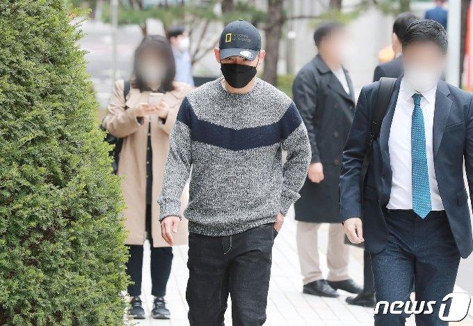 [사진] 불법도박장 개설 혐의로 재판 받는 김형인