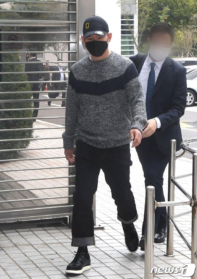 [사진] 변호사와 공판 참석하는 김형인
