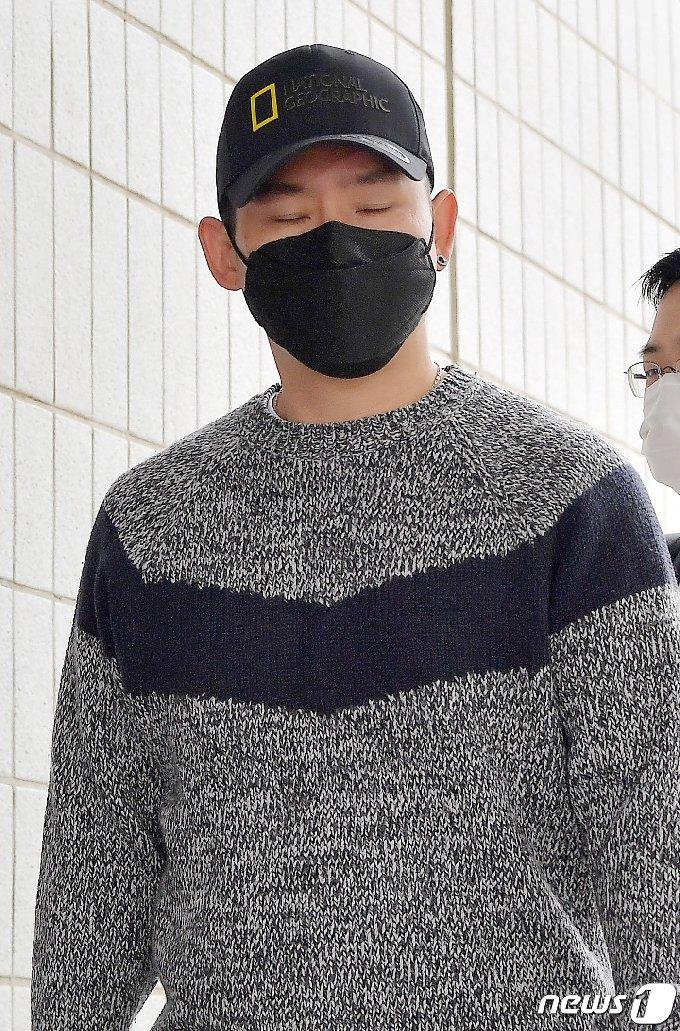 [사진] 굳은 표정으로 재판 참석하는 김형인