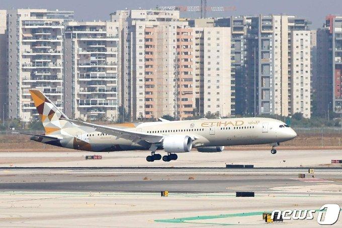 [사진] 이스라엘 공항 첫 착륙하는 UAE 여객기