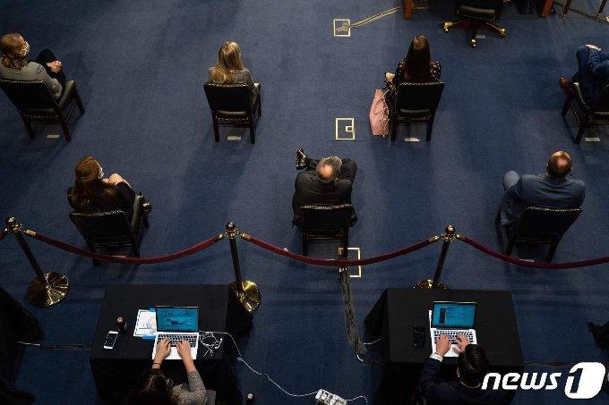 에이미 코니 배럿 연방대법관 지명자 인준 청문회에 참석한 상원의원들. © AFP=뉴스1