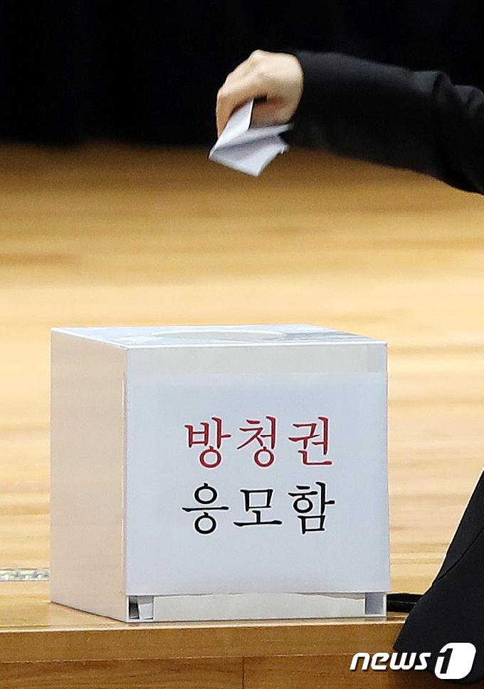 [사진] 방청권 주인공은?…이재용 재판 두고 관심