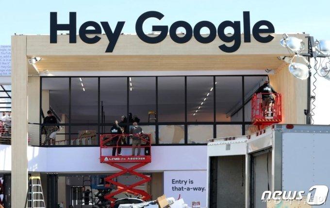 (라스베이거스(미국)=뉴스1) 오대일 기자 = 국제가전전시회 'CES 2020'(International Consumer Electronics Show) 개막을 이틀 앞둔 5일 오전(현지시간) 미국 네바다주 라스베이거스 컨벤션센터 외부 전시장에 구글 부스가 마련되고 있다.  미국 소비자기술협회(CTA)가 주관하는 CES는 세계 최대 IT·가전 전시회이자 세계 3대 IT 전시회 중 하나로 총 30여 개 분야, 160개국, 4500개 주요 기업이 참가한 가운데 오는 7일부터 10일까지 나흘간 미국 라스베이거스에서 개최된다. 2020.1.6/뉴스1