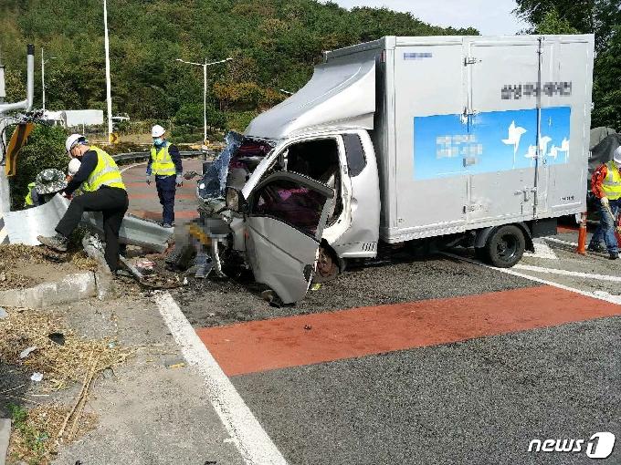 부산서 코나 차량에 치인 포터 중앙 가드레일 '쾅'…2명 부상
