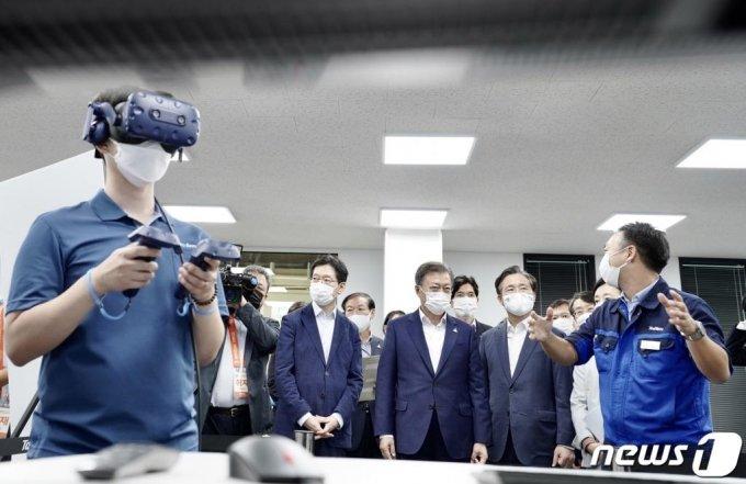 문재인 대통령이 지난 9월 17일 오후 창원 스마트그린산단을 방문해 스마트공장 현장인 태림산업 공장동에서 VR 활용 생산교육을 참관하고 있다. /사진=뉴스1