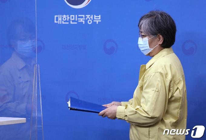 [사진] 인플루엔자 백신 접종 관련 브리핑 참석하는 정은경 청장