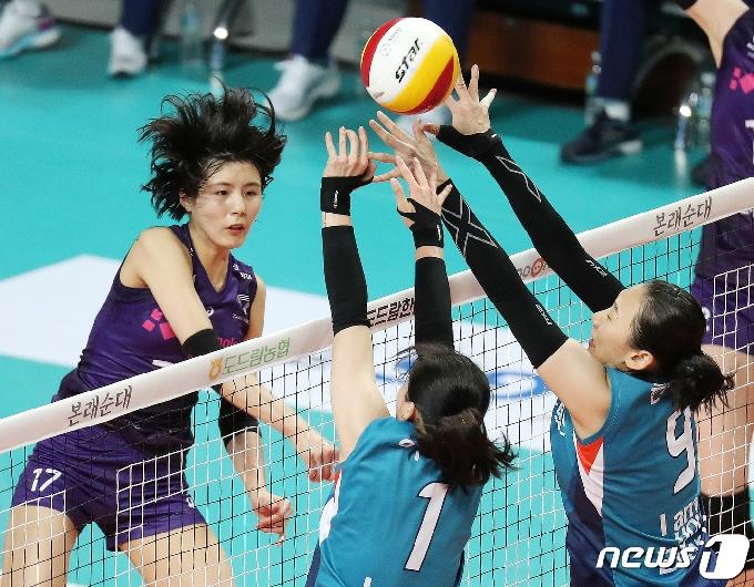 [사진] 이재영 '넘어가라!'