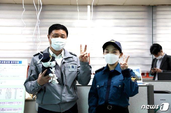 뇌종양을 이겨낸 광주북부경찰서 교통과 장택수 경위와 만난 조유하양.(메이크어위시 한국지부 제공) /뉴스1 © News1