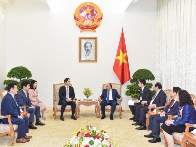 이재용 삼성전자 부회장(왼쪽)이 20일 베트남 하노이에서 응우옌 쑤언 푹 베트남 총리와 만나 베트남 사업 협력방안 등을 논의했다/사진제공=삼성전자