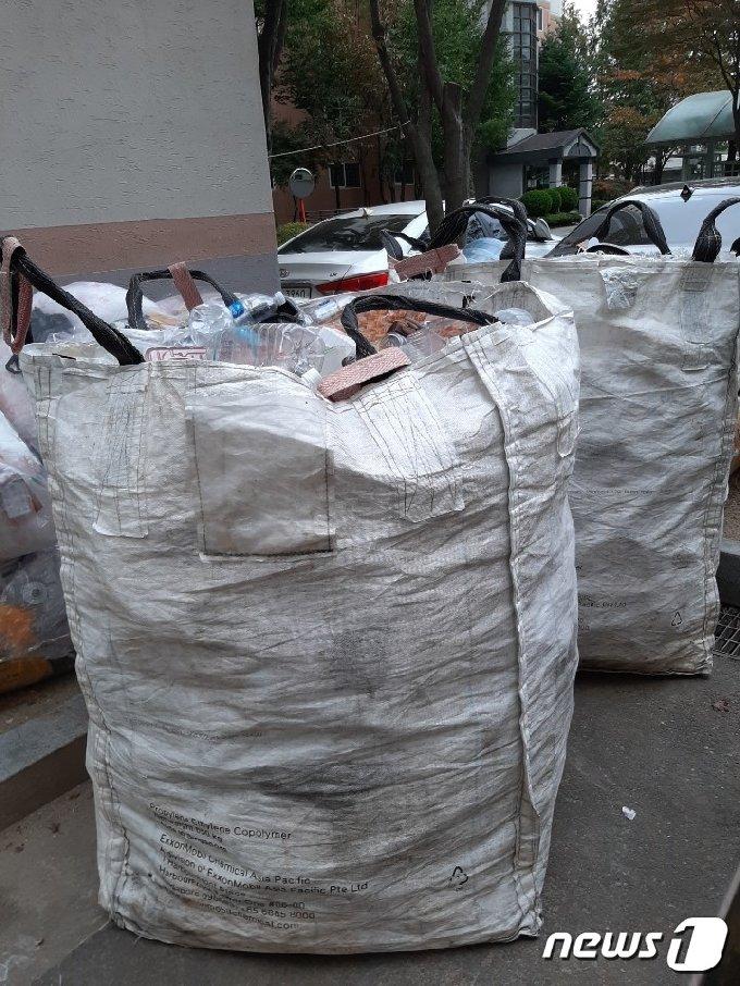 대전지역 한 아파트에 입주민들이 배출한 플라스틱 폐기물이 가득찬 1톤 대형마대들이 놓여져 있다.© 뉴스1