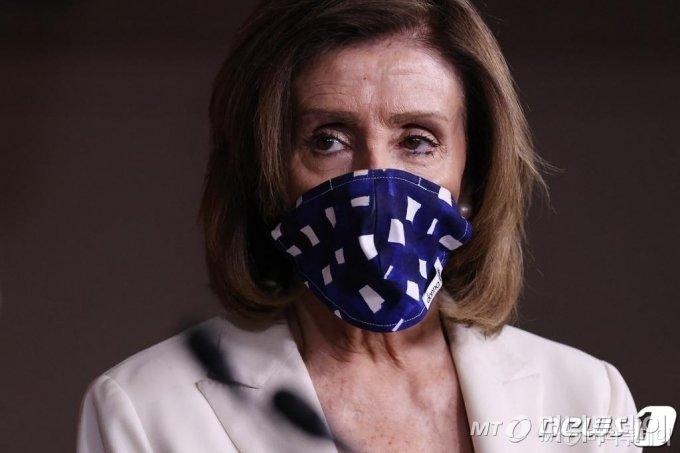 (워싱턴 AFP=뉴스1) 우동명 기자 = 낸시 펠로시 미국 하원의장이 30일 (현지사간) 워싱턴 의사당에서 기자회견을 하면서 코로나19를 방지하기 위해 마스크를 쓰고 있다.  ⓒ AFP=뉴스1