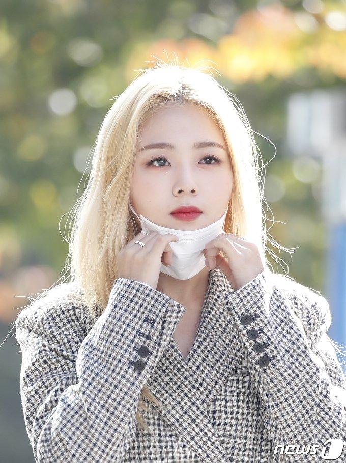 [사진] 흰 '마스크 내리니 예쁜 얼굴 반짝'