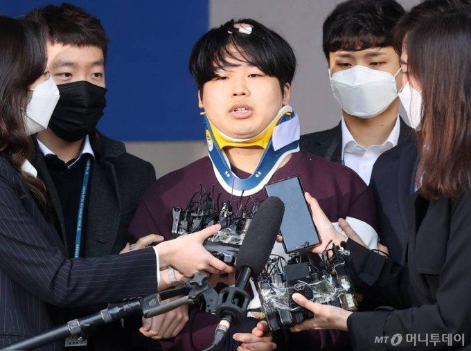 텔레그램 성착취 대화방 운영자 조주빈이 지난 3월 25일 오전 서울 종로경찰서에서 검찰로 송치되고 있다./사진= 김창현 기자