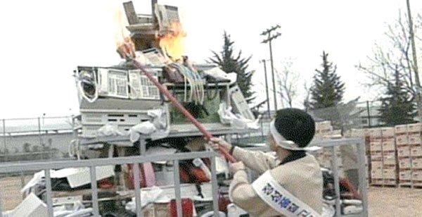 삼성전자 임직원들이 1995년 휴대폰과 팩시밀리 등 제품 15만대를 태우는 화형식을 진행하고 있다. / 사진 = 삼성전자