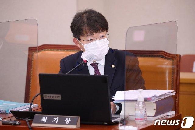 최기상 더불어민주당 의원이 22일 서울 여의도 국회에서 열린 법제사법위원회의 대검찰청에 대한 국정감사에서 질의를 하고 있다. /사진=뉴스1.