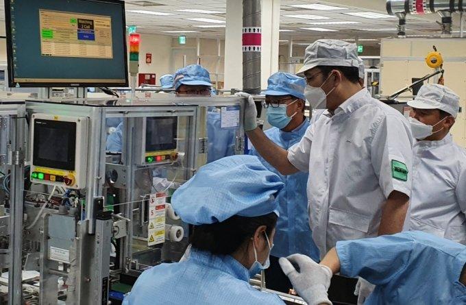 이재용 삼성전자 부회장이 지난 20~21일 베트남 하노이 인근의 삼성 복합단지를 찾아 스마트폰 생산공장 등을 점검하고 있다. /사진제공=삼성전자