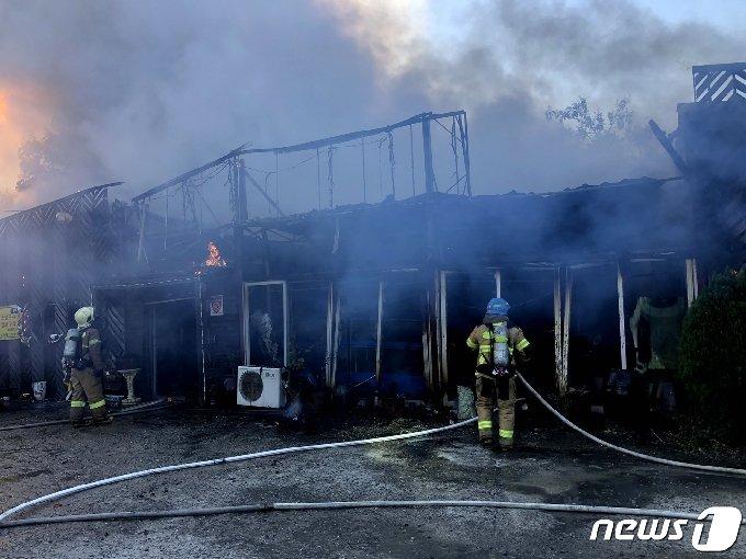 23일 오전 8시9분쯤 인천 부평구 산곡동의 한 음식점에서 불이 났다. 소방대원이 화재를 진압하고 있다. (인천부평소방서 제공)2020.10.23/뉴스1 © News1 정진욱 기자