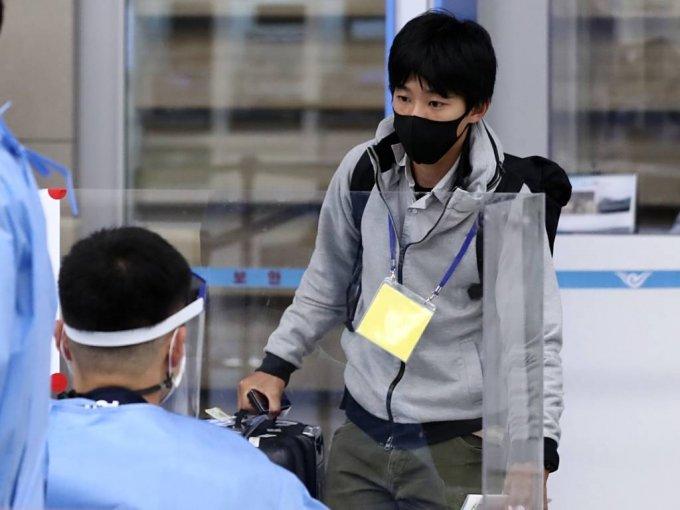 한·일 기업인 특별입국절차 시행일인 지난 8일 오후 인천국제공항 제2여객터미널에서 한 일본인이 자가격리 면제를 표시하는 노란색 목걸이를 하고 입국장을 나서고 있다. 일본의 한 대기업에 근무한다고 밝힌 이 일본인은 기술 교육 등을 위해 한국을 방문 했다고 전했다. /사진=뉴시스
