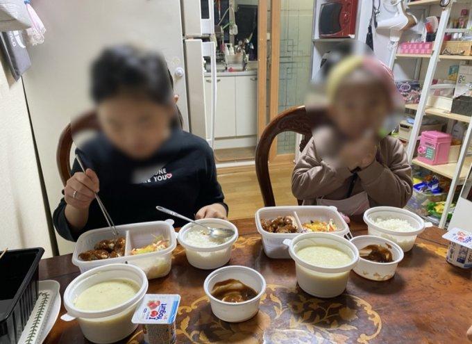 아이들 혼자 먹기에도 충분히 많은 양의 도시락, 그럴 땐 엄마도 먹는다고 했다. 한끼 해결이다. 숟가락을 볼에 붙여 애교 부리는 5살 수빈이./사진=딸 낳고 싶은 남기자