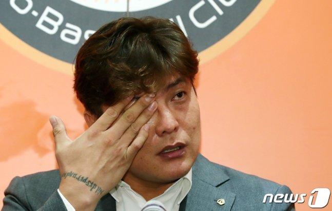 23일 은퇴 기자회견에서 눈물을 닦고 있는 김태균. /사진=뉴스1