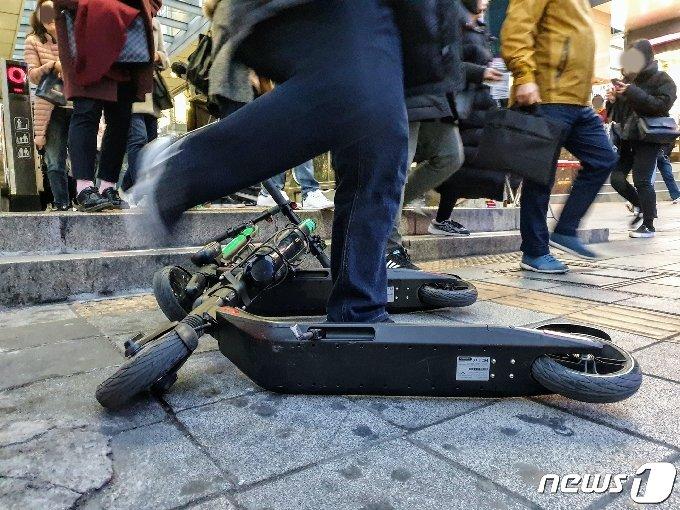 서울 마포구 홍대입구역 출입구 바로 앞에 공유 전동킥보드가 보행흐름을 막고 있다. © 뉴스1 황덕현 기자