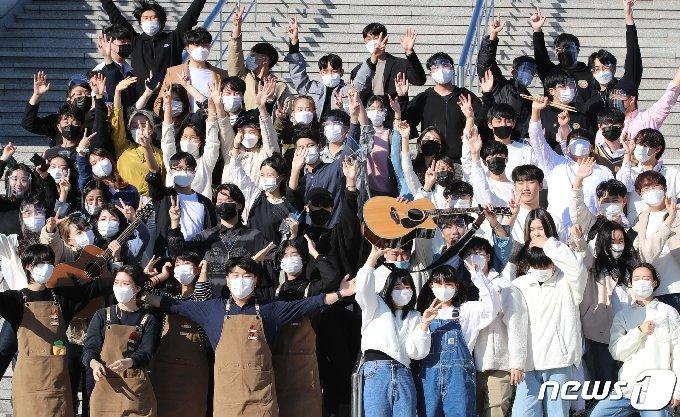 24일 오후 경북 구미시 구미코(GUMICO) 컨벤션센터에서 열린 '2020 청춘대학가요제' 본선 참가자들이 파이팅을 외치고 있다. '2020.10.24/뉴스1 © News1 공정식 기자