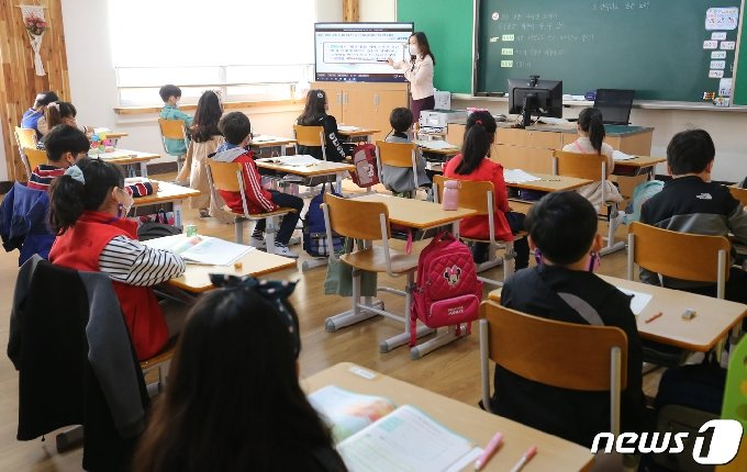 대전 중구 한 초등학교 2학년 교실에서 학생들이 수업을 듣고 있다.2020.10.20/뉴스1 © News1 김기태 기자