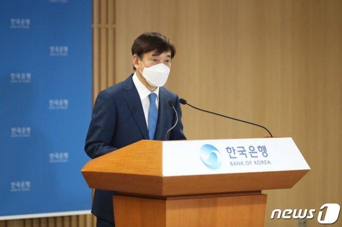 이주열 한국은행 총재가 지난 8월 27일 서울 중구 한국은행에서 열린 통화정책방향 기자간담회에서 발언하고 있다.  이날 이 총재는 신종 코로나바이러스 감염증(코로나19) 재확산으로 경제상황이 더욱 악화될 경우 올해 경제성장률 전망치가 -1.3%보다 더 하향조정될 수 있다는 뜻을 밝혔다. /사진제공=한국은행