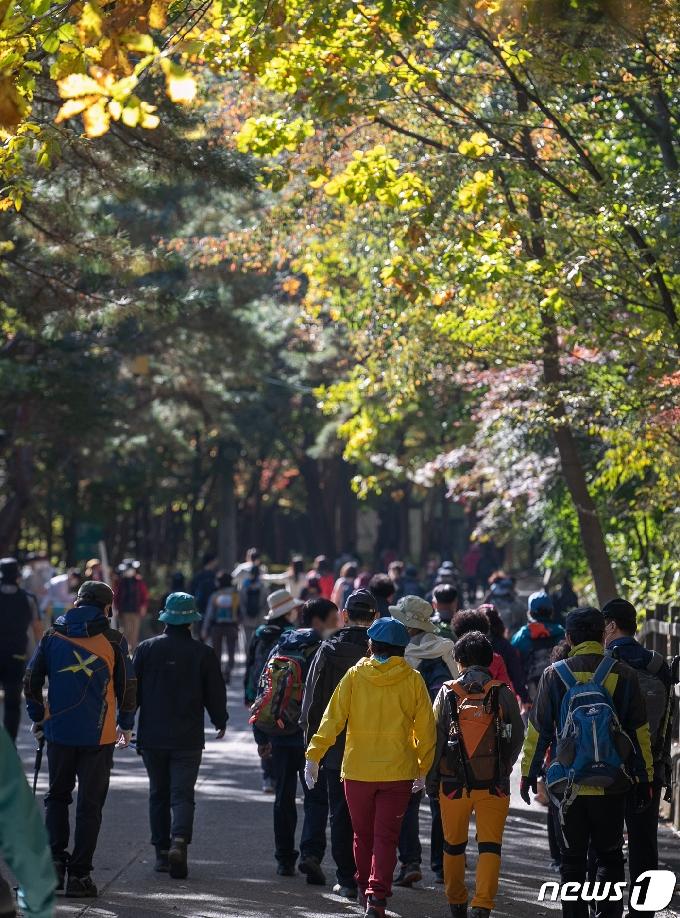 [사진] 단풍철 등산객 붐비는 관악산