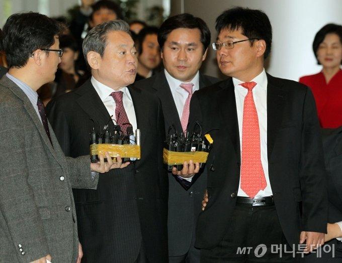 삼성전자 이건희 회장이 2011년 1월 1일 오후 서울 서초동 삼성전자 본관에서 열린 '2011 자랑스런 삼성인상' 시상식 참석에 앞서 취재진의 질문에 답하고 있다. / 사진=이동훈 기자 photoguy@