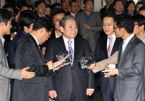 2010년 12월 이건희 삼성전자 회장이 '자랑스런 삼성인상' 시상을 위해 서초동에 있는 삼성 사옥을 처음으로 방문해 기자들의 질문에 답하고 있다.
