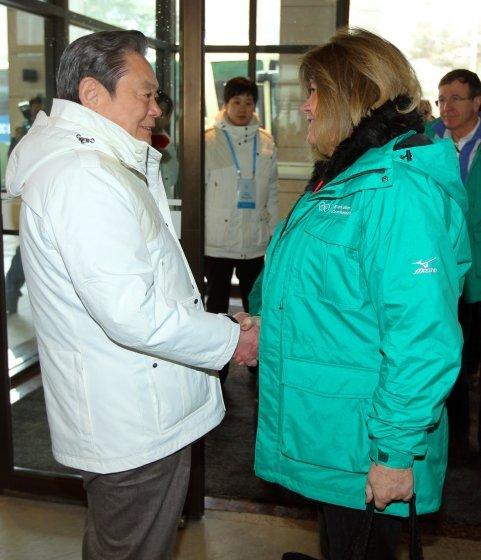 2011년 2월 이건희 삼성전자 회장이 강원도 평창 보광 휘닉스파크에서 평창동계올림픽 후보지 IOC 조사평가단장 구닐라 린드버그와 현장을 둘러본 뒤 악수를 나누고 있다.