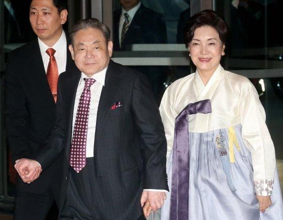 2013년 10월 홍라희 여사와 함께 삼성 신경영 20주년 만찬에 참석중인 이건희 삼성전자 회장.