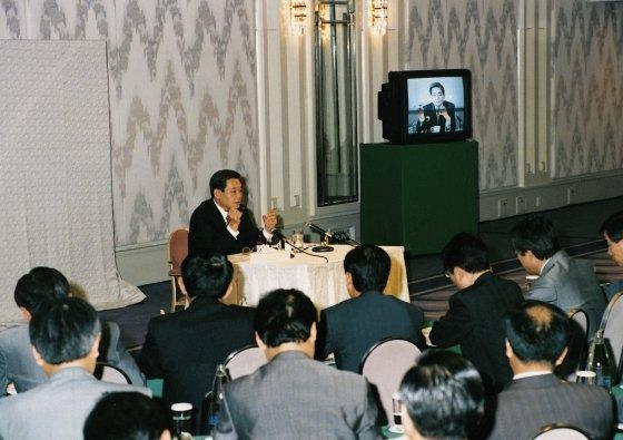 1993년 이건희 삼성 회장이 삼성 임직원들을 대상으로 '나부터 변하지 않으면 세기말적 변혁기에 살아남을 수 없다'며 신경영 강연 중인 모습. '마누라와 자식 빼고 다 바꿔라'라는 유명 일화도 여기에서 나왔다.
