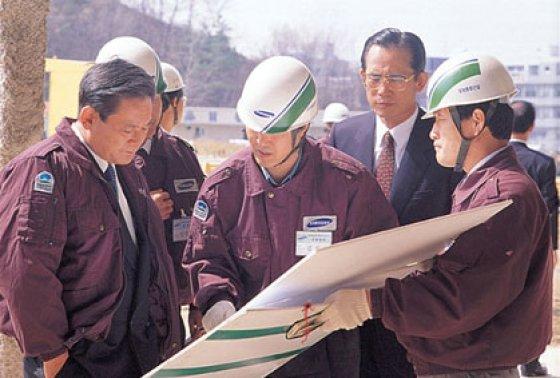 1993년 4월 12일 삼성서울병원 건설현장을 방문한 이건희 삼성 회장.