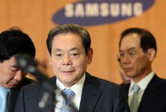 2008년 4월 당시 삼성 특검으로 이건희 삼성 회장이 서울 태평로 삼성본관에서 경영쇄신안을 발표중인 모습.