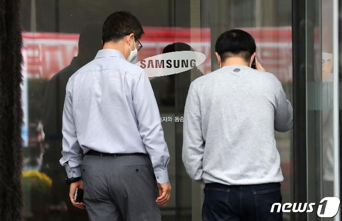 [사진] 이건희 삼성 회장 별세..'고개 떨군 직원들'