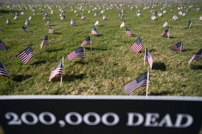 9월 22일(현지시간) 미국 워싱턴 DC의 내셔널 몰에 코로나19로 사망한 희생자 20만 명을 상징하는 미국 국기가 꽂혀 있다. /신화=뉴시스