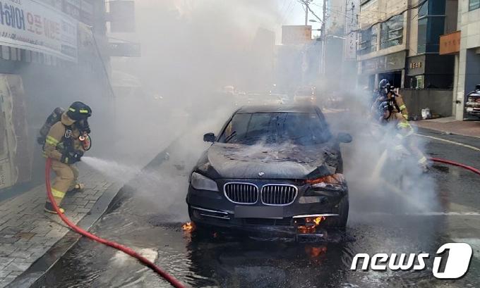 [사진] 울산 남구서 BMW 차량 화재...인명 피해 없어