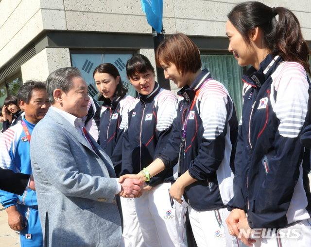 2012 런던 올림픽 당시 선수촌을 격려 방문한 이건희 회장(왼쪽). /사진=뉴시스(삼성전자 제공)