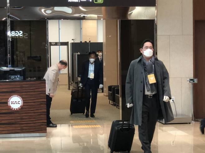 이재용 삼성전자 부회장이 14일 서울 강서구 김포공항을 통해 입국하고 있다/사진=이정혁 기자
