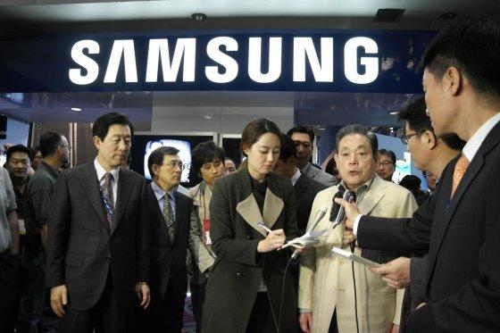 2012년 이건희 삼성전자 회장이 미국 라스베이거스에서 열린 'CES2012' 전시장을 방문한 모습.